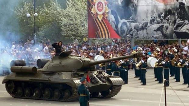 Герой России Юсупов проехал на танке в День Победы