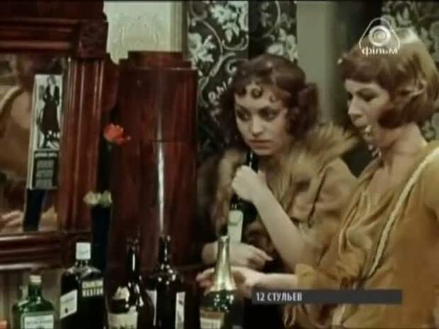Кадр из советского фильма: Эллочка с подругой
