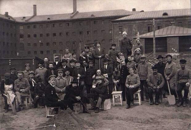 Во дворе Таганской тюрьмы, Москва, 1918-1919 годы.