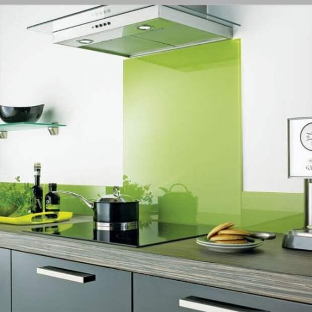 Оливковый фартук идеально сочетатеся с серой мебелью на кухне
