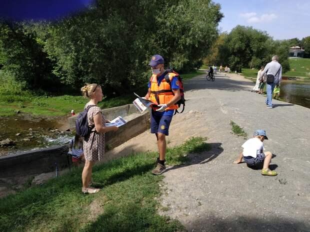 Спасатели напоминают об основах безопасного поведения на воде. Фото: Пресс-служба МЧС по ЮВАО
