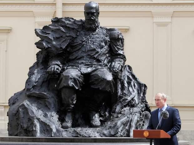 Шестиконечную звезду сняли с памятника Александру III в Гатчине