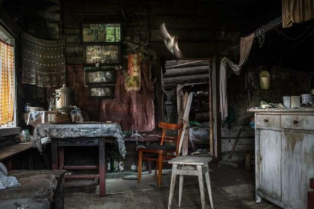 Фотографии в старых домах, как немые свидетели прошлых надежд.