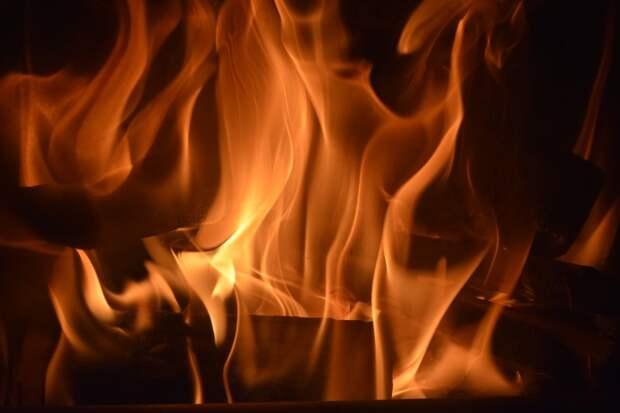 В подвале дома на 6-й Кожуховской загорелась мебель