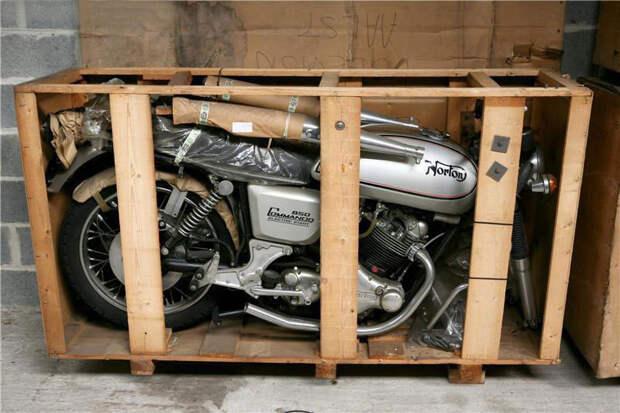 Для 1975 года Commando Interstate 850 был отлично оснащен: мощный 4-такный двигатель, дисковые тормоза на обеих колесах. Сравните с той техникой, что продавалась в тот же период в СССР