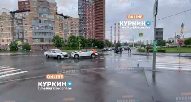 Учебная машина и каршеринг не поделили пустой перекрёсток на улице Соловьиная Роща
