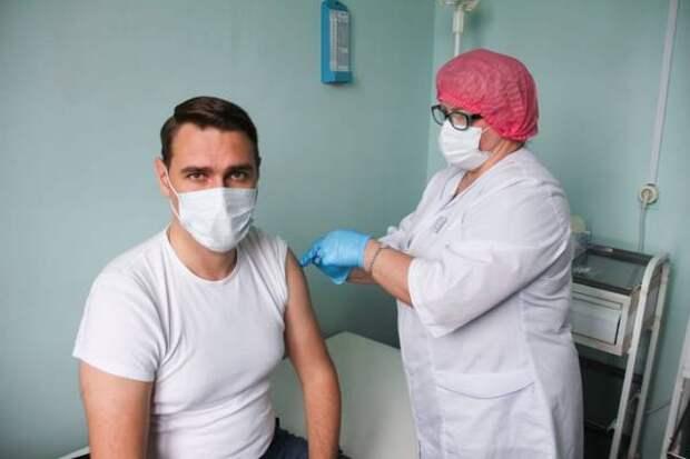 Мэр Корсакова и зампред Собрания округа прошли заключительный этап вакцинации