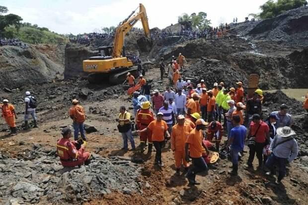 В Колумбии спасатели достали из шахты тела 11 погибших горняков