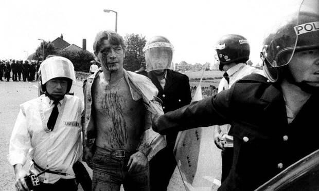 Советские милиционеры избивают мирного демонстранта. 1984.