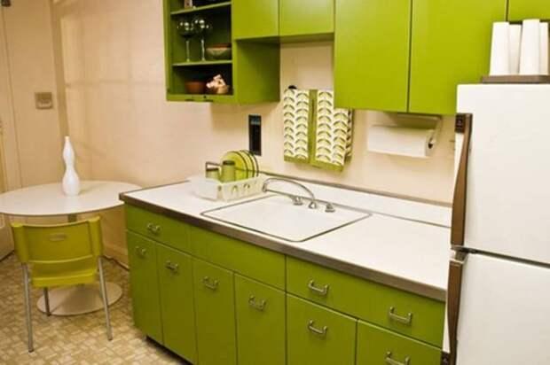 Бело-оливковый кухонный гарнитур в минималистичном стиле