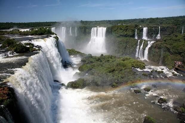 Своеобразными перегородками между водопадами служат множественные острова. Они соединены между собой мостиками, которые позволяют лучше рассмотреть все ниспадающие потоки. аргентина, бразилия, водопады