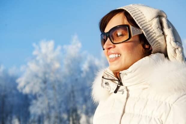 Ношение солнцезащитных очков зимой защищает сетчатку от ультрафиолетовых лучей