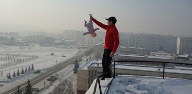 Россиянин издевался над своим младенцем ради красочных видео и фото в мире, дети, кошмар, люди, младенец, отец, родители