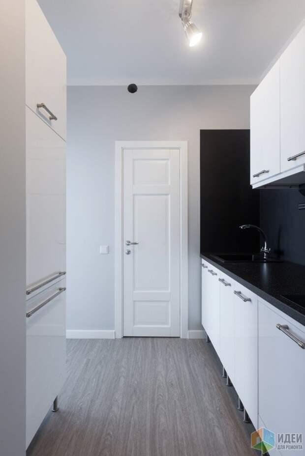 Кухня справа, холодильник слева.