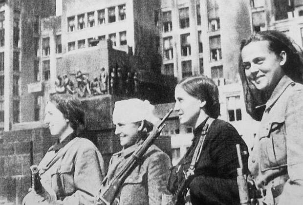 Женщины-партизанки в освобождённом Минске, 1944 год.