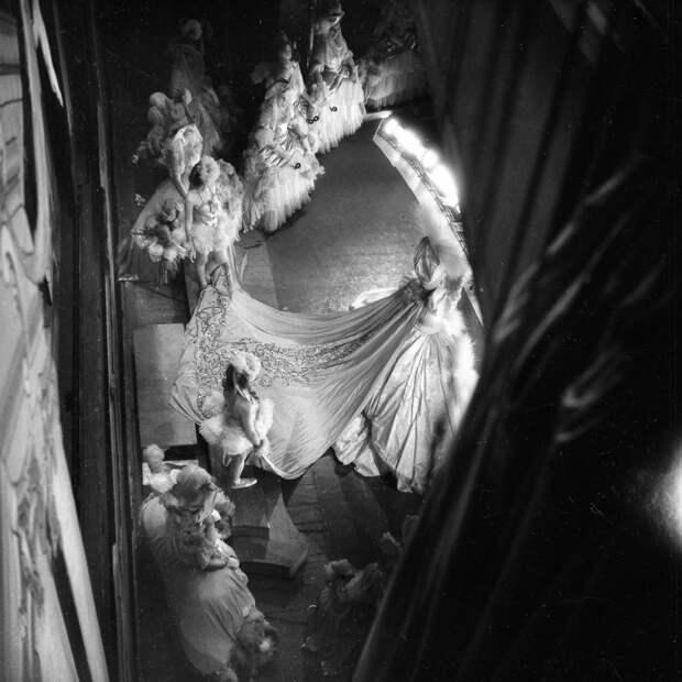 Зрелищное шоу. Shou Girls, или зрелищные постановки с полуобнажёнными девицами в кабаре «Фоли-Бержер», 1918 - 1937 гг.