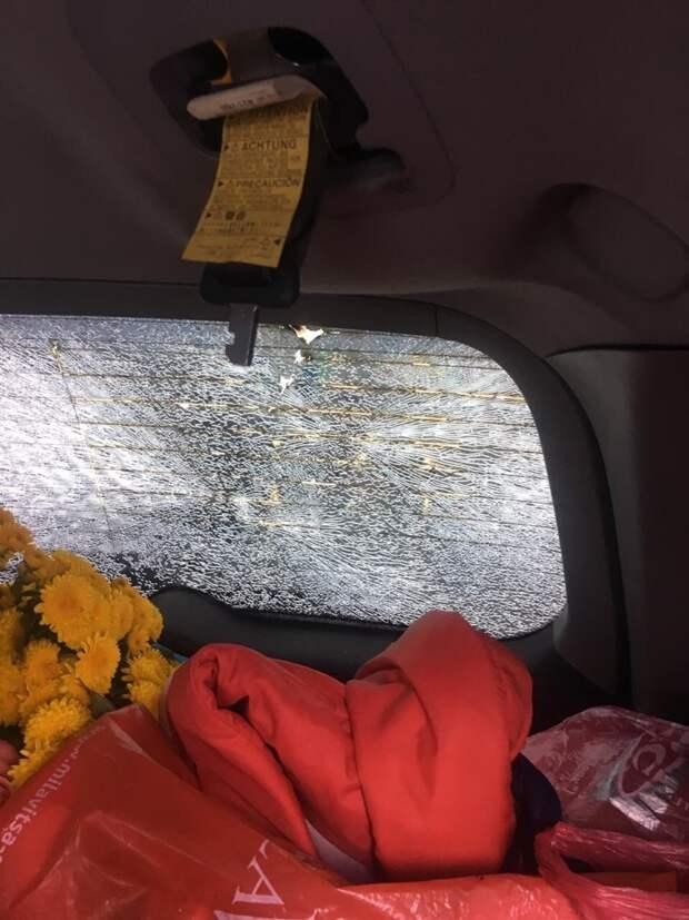 Молния ударила в движущийся автомобиль и вывела его из строя