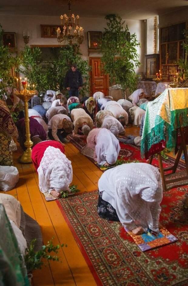 Молящиеся слушают коленопреклонные молитвы