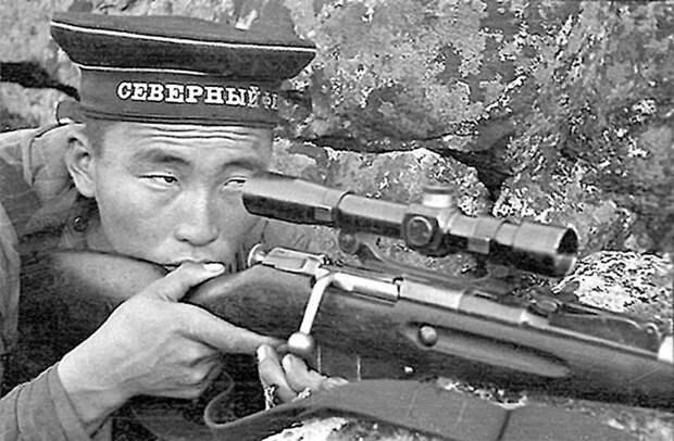 Радна Аюшеев, снайпер 63-й БРМП. Фото сделано во время Петсамо-Киркенесской операции. Только во время этой операции Радна Аюшеев уничтожил 25 гитлеровцев. Пропал без вести. Великая Отечественная война, СССР, история