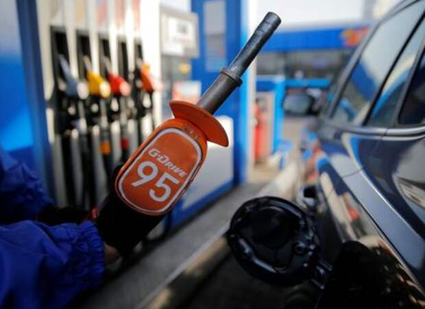 A worker holds a fuel nozzle at a Gazprom Neft petrol station in Moscow, Russia, March 11, 2016. REUTERS/Maxim Shemetov/File Photo