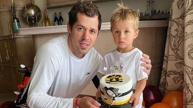 Малкин поздравил сына с4-летием, подарив мяч савтографом Джордана иторт сэмблемой «Питтсбурга»
