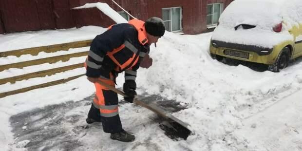 В Анадырском проезде убрали залежи снега с тротуаров — «Жилищник»
