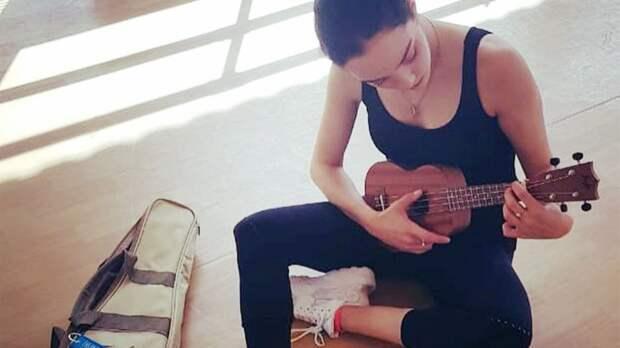 Медведева показала, как играет на укулеле под лай своей собаки: видео