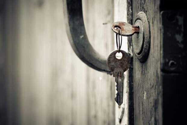 Открыть дачную дверь весной бывает непросто