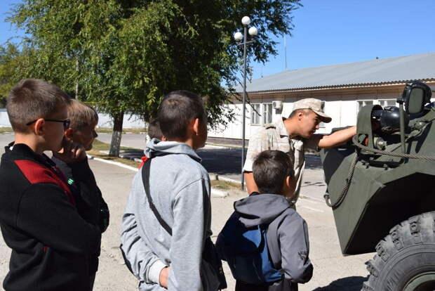 Российские военнослужащие провели экскурсию для школьников на военной базе в Канте