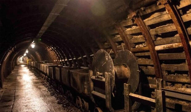 История «Гиганта» Судетская область казалась военным министрам Рейха одним из самых безопасных мест. Именно здесь они предполагали скрыть не только тонны захваченного золота, но и целые промышленные объекты. Был инициирован запуск секретного проекта «Гигант», в рамках которого все необходимое должно было быть спрятано в огромных подземных тоннелях. Проектом занялся личный архитектор Гитлера Альберт Шпеер. Масштабное строительство завершить не удалось: было построено всего несколько десятков километров подземных сооружений, куда, при начале наступления Красной Армии, нацисты и поторопились загнать несколько составов, груженных награбленными богатствами.