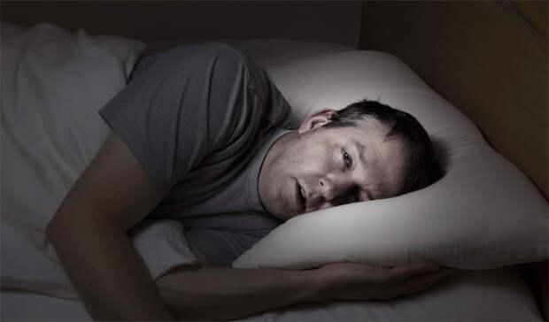 Ожирение Трехлетнее исследование, участие в котором приняло более 20 000 человек, показало: спящие менее пяти часов в сутки люди склонны к увеличению веса и последующему ожирению. Все дело в гормонах, которые контролируют аппетит. Простая связь — спишь меньше, значит ешь больше.