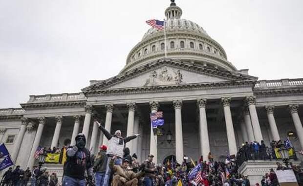 На фото: соронники Дональда Трампа на ступенях Капитолия в Вашингтоне