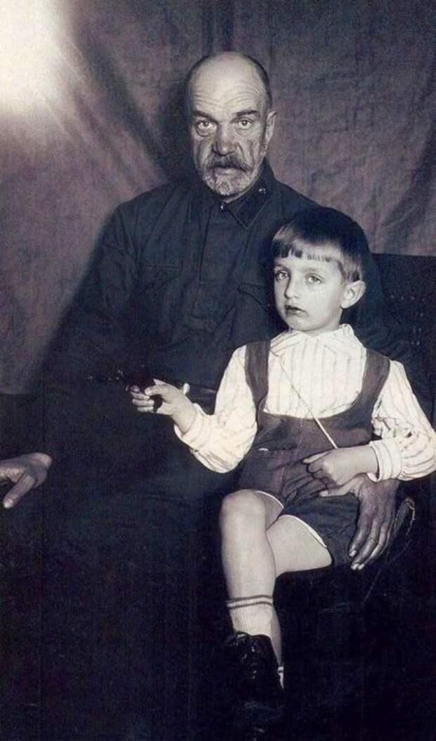 Игорь Дмитриев с дедушкой, Петром Артамоновичем. / Фото: www.izbrannoe.com