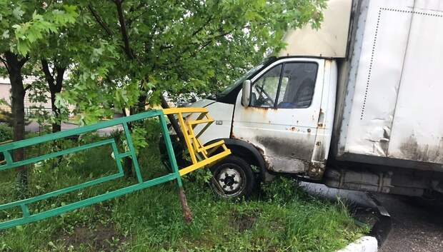 В Подольске «Газель» завелась без водителя и снесла дорожное ограждение