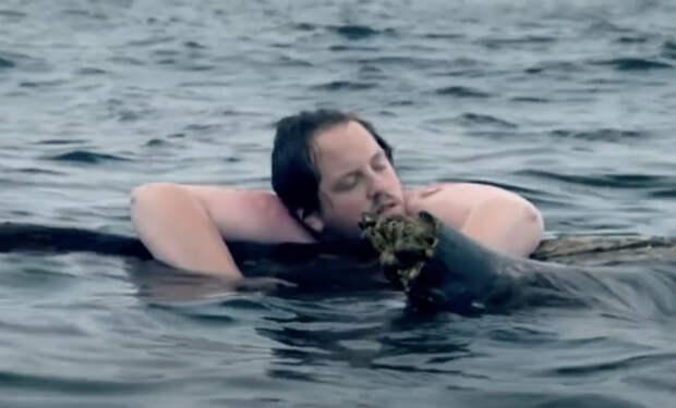 Мужчина на мачте корабля доплыл до необитаемого острова и жил там 10 лет