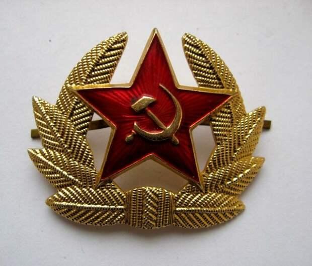 Кокарда на фуражку солдат и сержантов СА по образцу 1969 года. На пилотке по-прежнему звезда. С 1972 года такая же кокарда заменит звезду на зимней шапке.