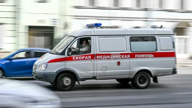 Иномарка в Петергофе прижала школьницу к забору и сломала ей челюсть