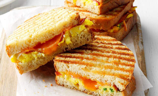 Бутербродов хватает на целый день: кладем на хлеб бекон, курицу и консервы