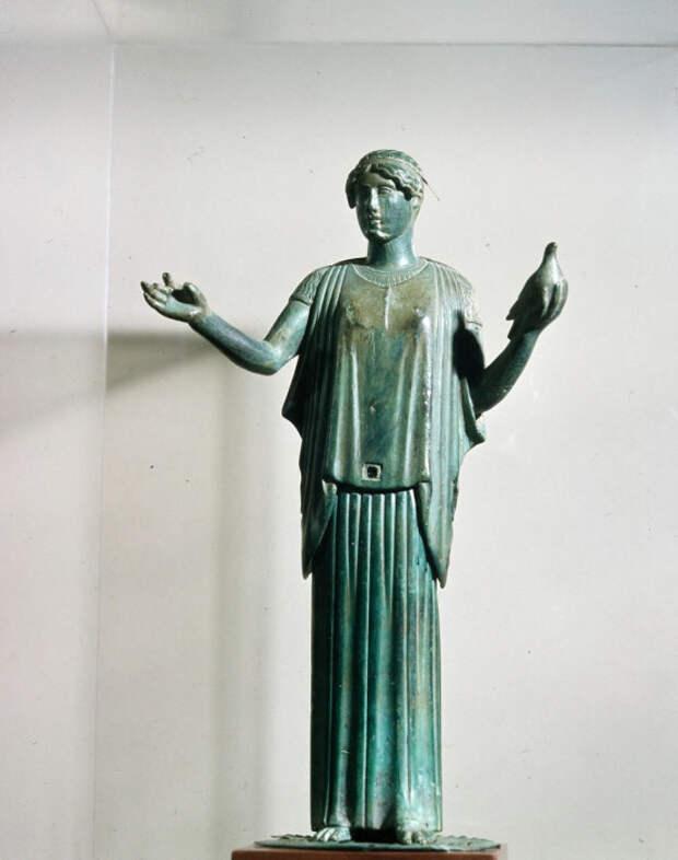Афродита в пеплуме с голубем.