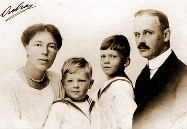 Ольга, Николай и двое их сыновей, около 1922 года. / Фото: Wikimedia Commons