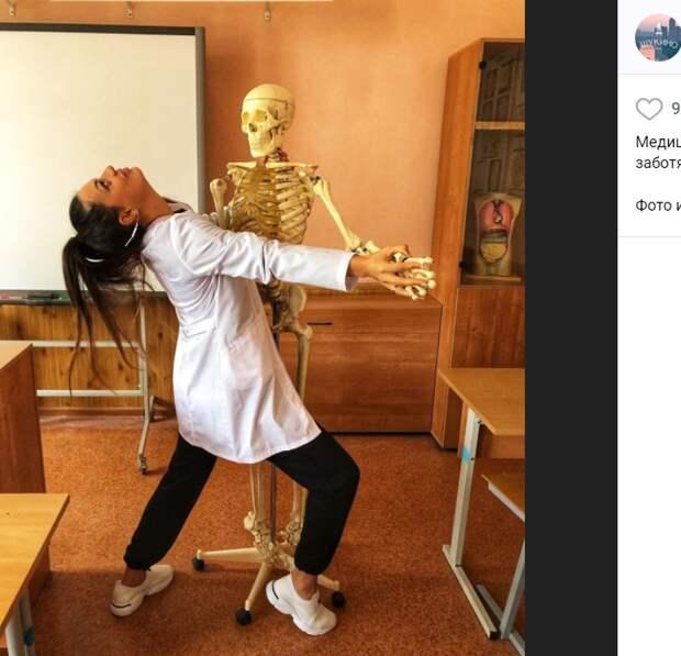 Фото дня: страстное танго со скелетом