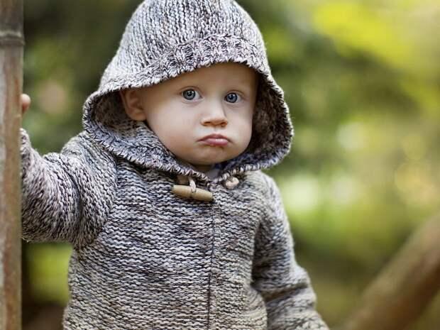 Маленький мальчик и кукла!