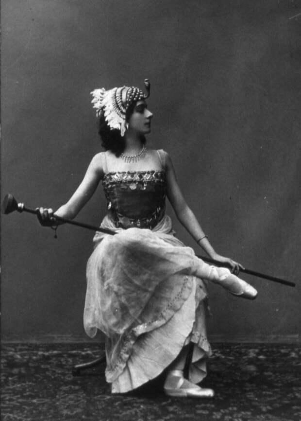 В 1914 году Каралли дебютировала в кино в драме Петра Чардынина «Ты помнишь ли?», где ее партнерами были сам Чардынин и известный артист Иван Мозжухин. Вскоре Каралли стала одной из первых русских кинозвёзд, выпустив в 1915 году восемь картин.