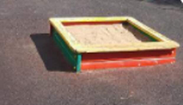 В детскую песочницу в Волоцком переулке завезли чистый песок