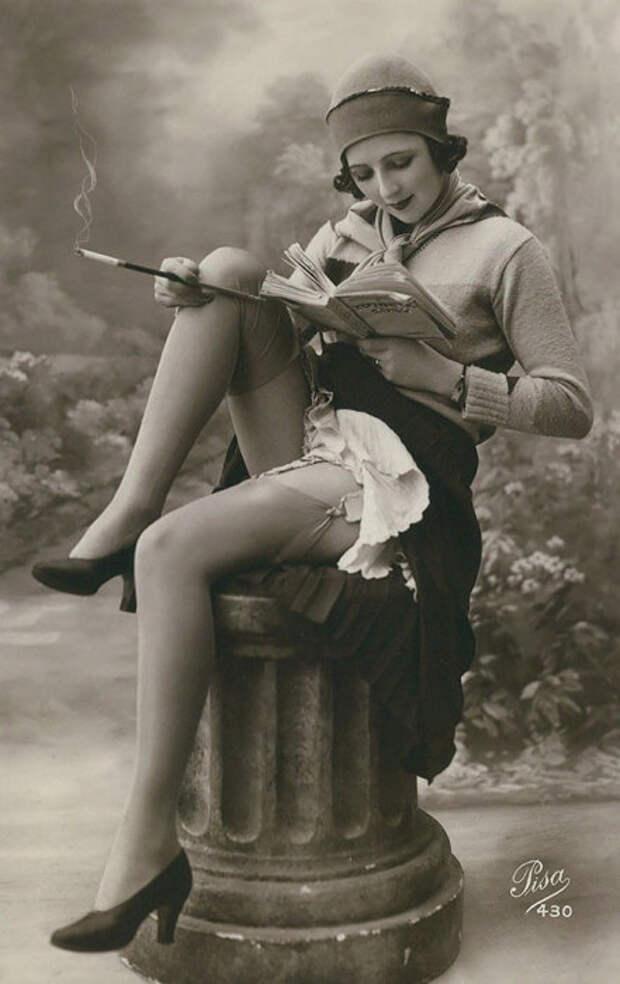 Женщина за чтением книги.