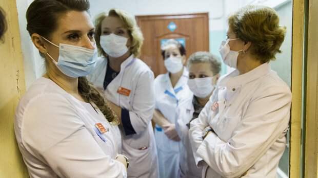 Добровольцы-медики раздали апельсины горожанам в рамках благотворительной акции