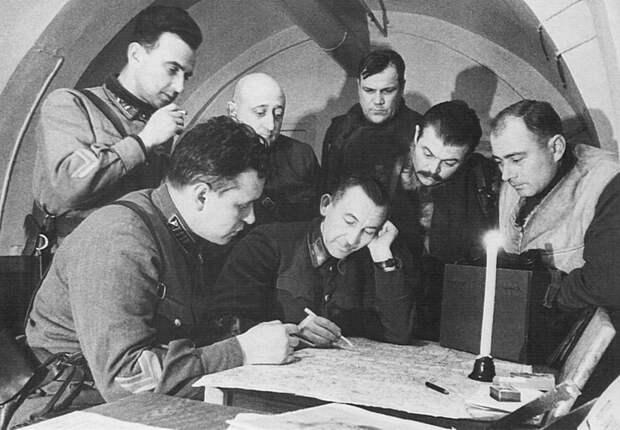Командир 2-го кавалерийского корпуса генерал-майор Павел Алексеевич Белов (1897—1962) проводит совещание с офицерами. СССР, война, история