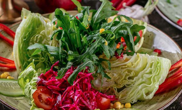 Добавили в салат маринованную капусту: закуска в центр стола