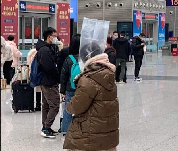 Напуганные пассажиры надевают на головы пакеты и пластиковые бутыли, чтобы защититься от коронавируса