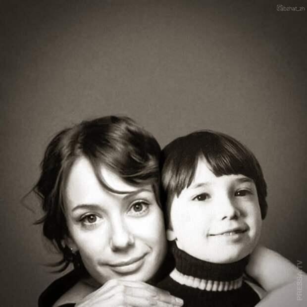 На одной фотографии взрослая и детская версия знаменитости